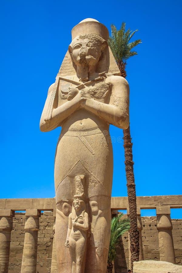 Estátua de Ramses II com seu Mérito-Amon da filha no templo do Amun-RA (o templo de Karnak em Luxor) fotos de stock