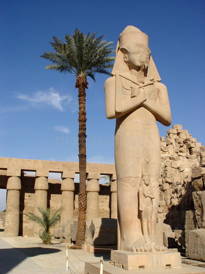 Estátua de Ramses II e de Nefertari foto de stock royalty free