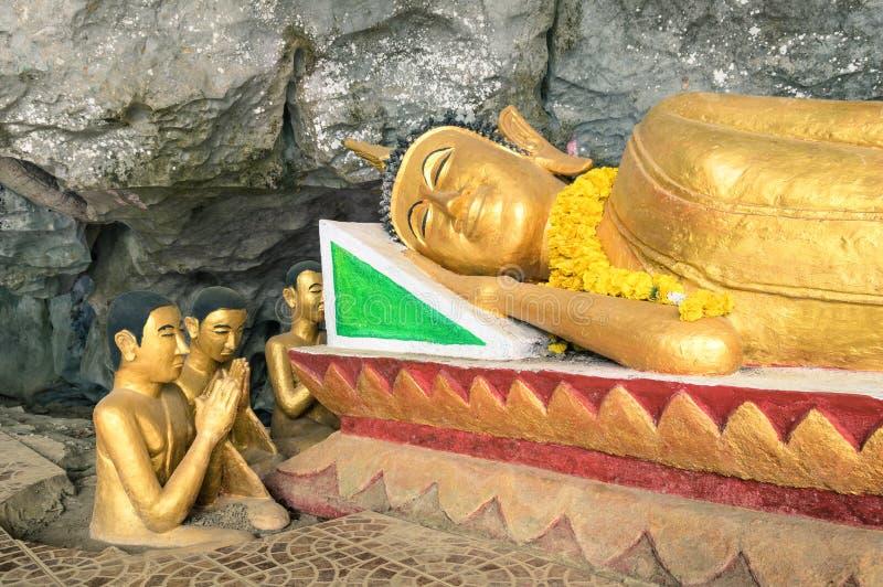 Estátua de reclinação da Buda na caverna do elefante (Tham cantou) Laos imagem de stock royalty free