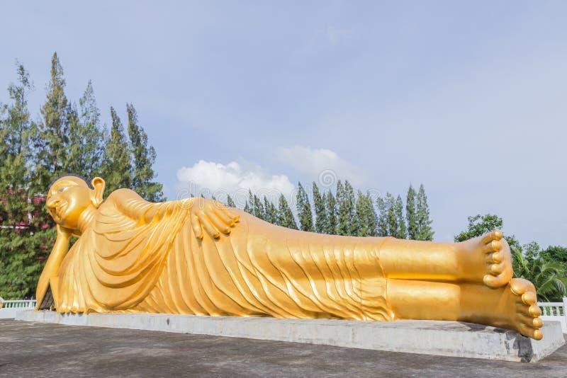 Estátua de reclinação do ouro da Buda em Phuket, Tailândia imagem de stock
