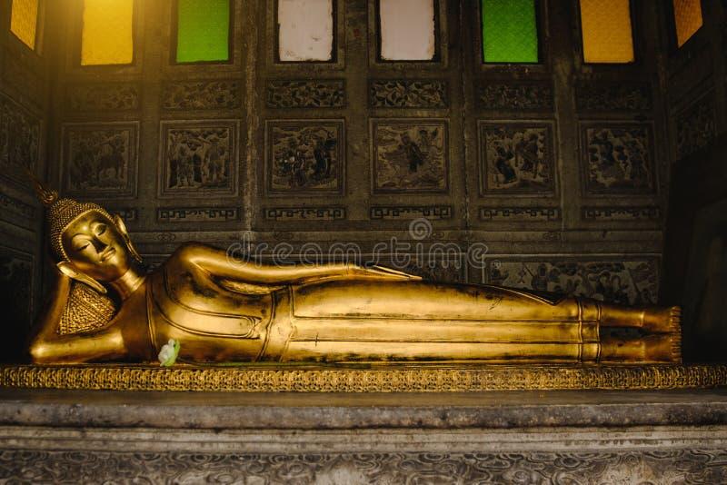 Estátua de reclinação do ouro da Buda na igreja fotografia de stock