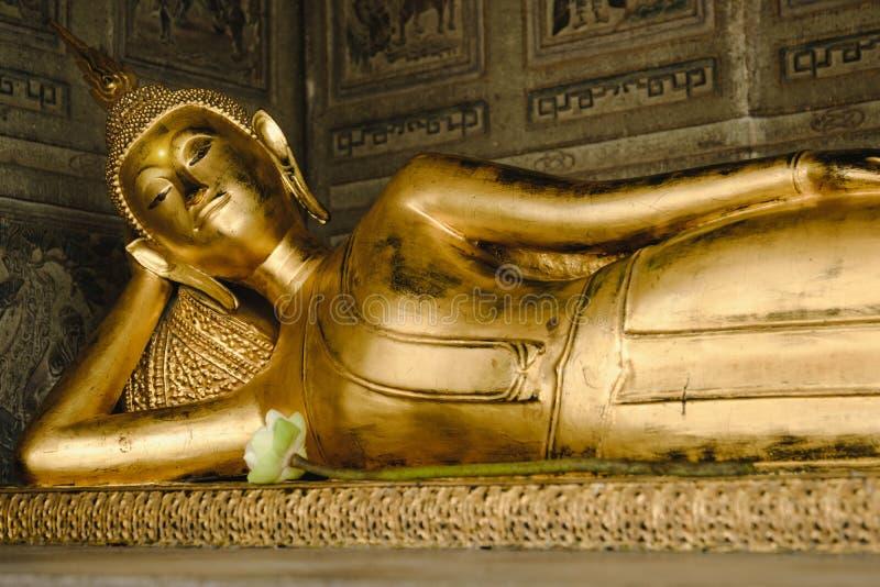 Estátua de reclinação do ouro da Buda na igreja imagem de stock