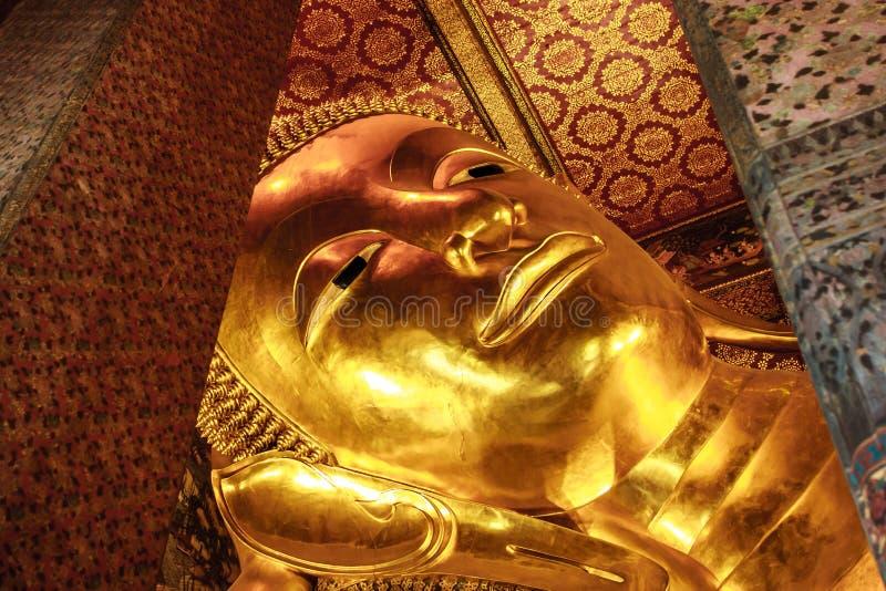 Estátua de reclinação dourada em Wat Pho Temple, Banguecoque da Buda, Tailândia imagem de stock