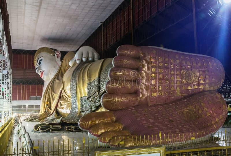 Estátua de reclinação grande de buddha Kyauk Htat Gyi buddha em Myanmar Burma na noite imagens de stock