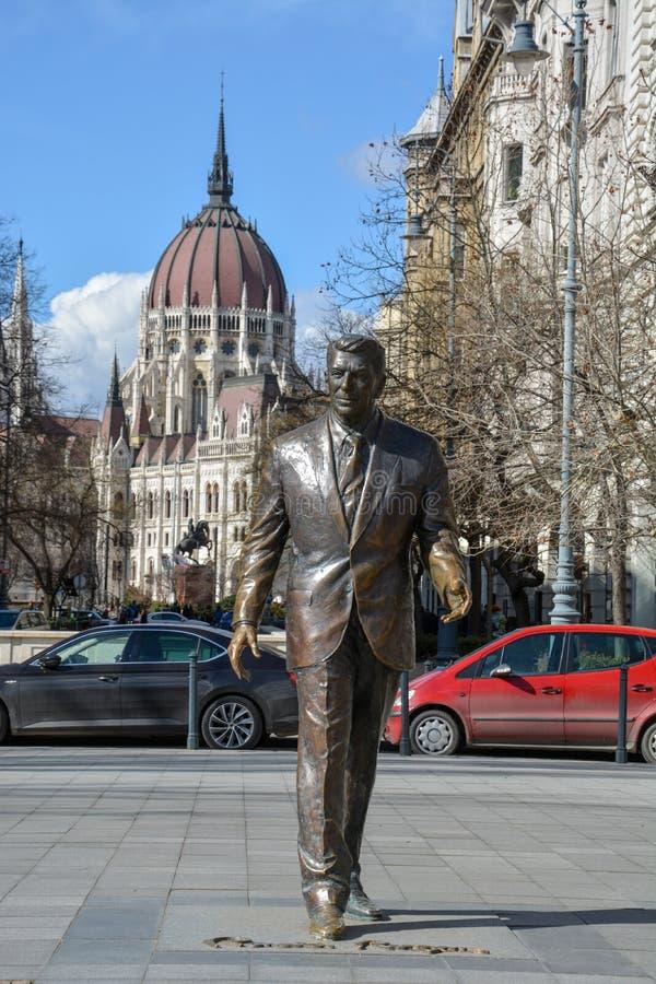 Estátua de Ronald Reagan com o parlamento de Budapest no backgro fotografia de stock