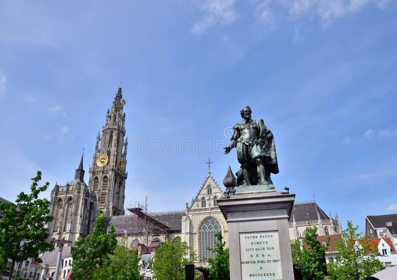 Estátua de Rubens com a catedral de nossa senhora em Antuérpia, Bélgica foto de stock