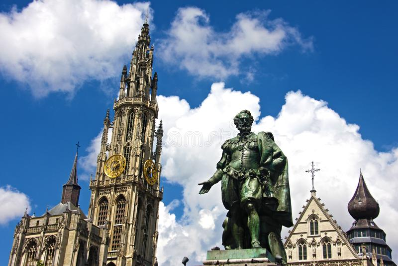 Estátua de Rubens e a catedral de Antuérpia imagens de stock royalty free