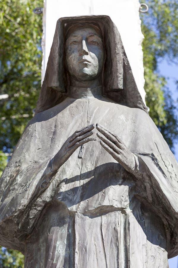 Estátua de Saint Faustina no altar três milênio, igreja em Skalka, Krakow, Polônia foto de stock