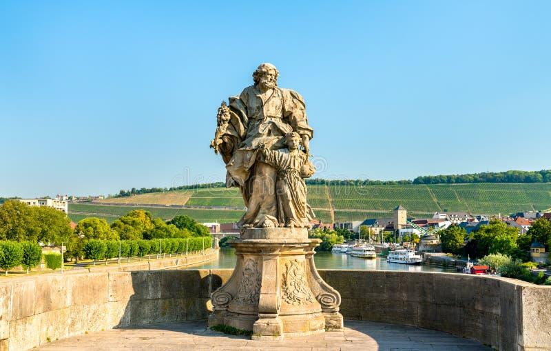 Estátua de Saint Joseph com Jesus em Alte Mainbrucke, a ponte velha através do rio principal em Wurzburg, Alemanha imagens de stock