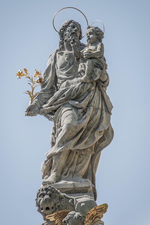 Estátua de Saint Joseph com uma criança sobre a coluna da fonte em Charles Square, câmara municipal nova, Praga, República Checa, fotos de stock