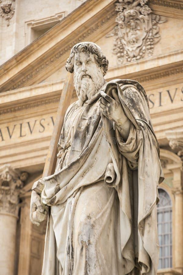 Estátua de Saint Paul na frente da basílica de St Peter, Vaticano fotografia de stock
