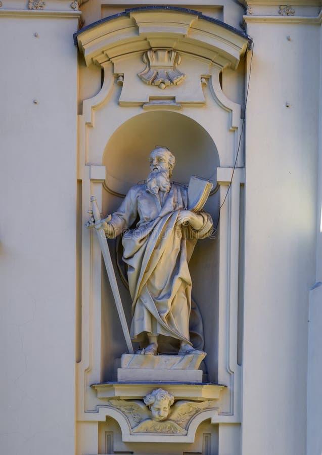 Estátua de Saint Paul que guarda uma espada e um livro na fachada da basílica de St Margaret de Antiochia foto de stock royalty free