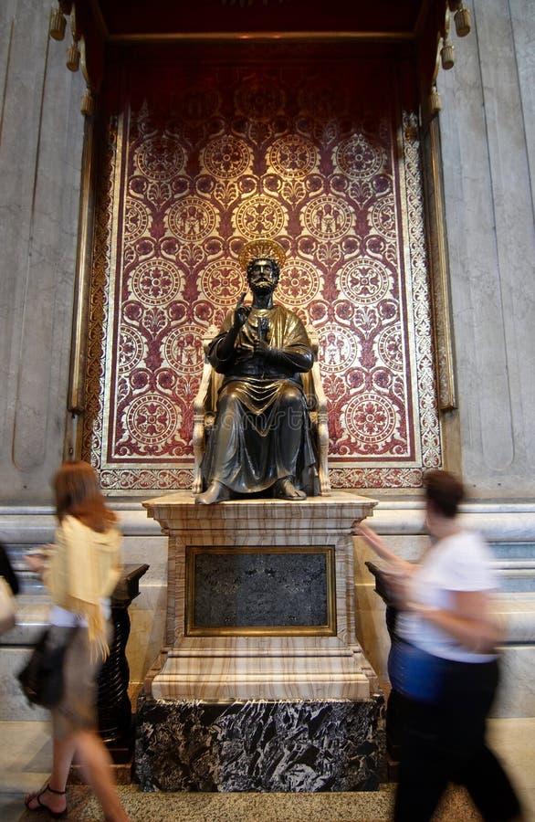 A estátua de Saint Peter na basílica do St. Peter imagens de stock