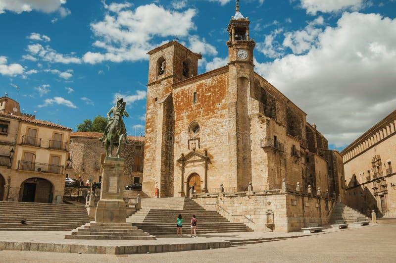 Estátua de San Martin Church e de Pizarro no prefeito da plaza de Trujillo fotografia de stock
