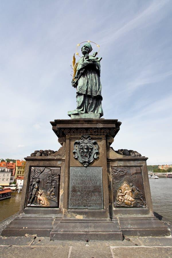 Estátua de Sf. John de Nepomuk na ponte de Charles fotografia de stock royalty free