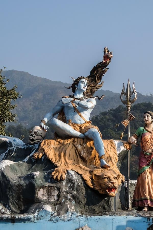 Estátua de Shiva na terraplenagem do rio de Ganga em Rishikesh, Índia fotografia de stock