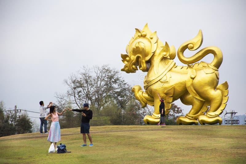Estátua de Singha do ouro no monte no parque de Singha na cidade de Chiangrai em Chiang Rai, Tailândia fotos de stock royalty free