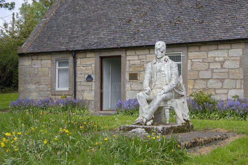 Estátua de Sir Walter Scott fora de uma casa de campo velha fotos de stock royalty free