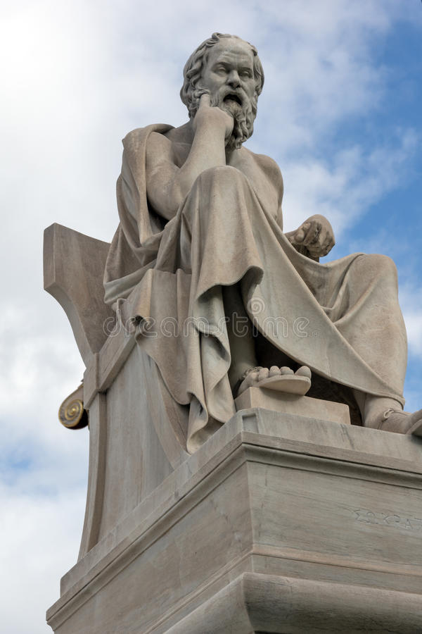 Estátua de Socrates na frente da academia de Atenas, Grécia imagens de stock