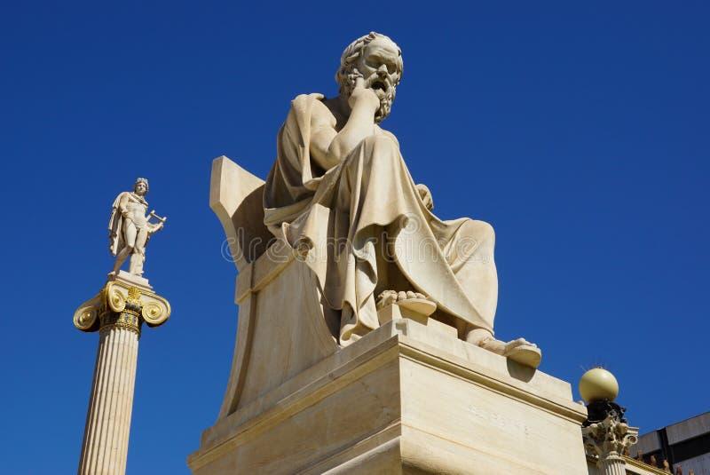 Estátua de Socrates na frente da construção nacional da academia, Atenas fotografia de stock