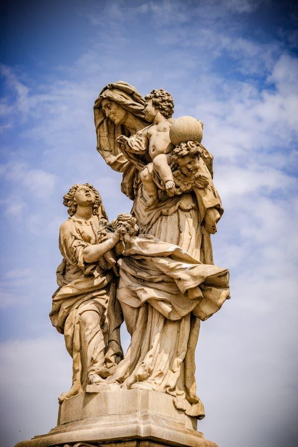 Estátua de St Anne, Charles Bridge, em Praga imagens de stock royalty free