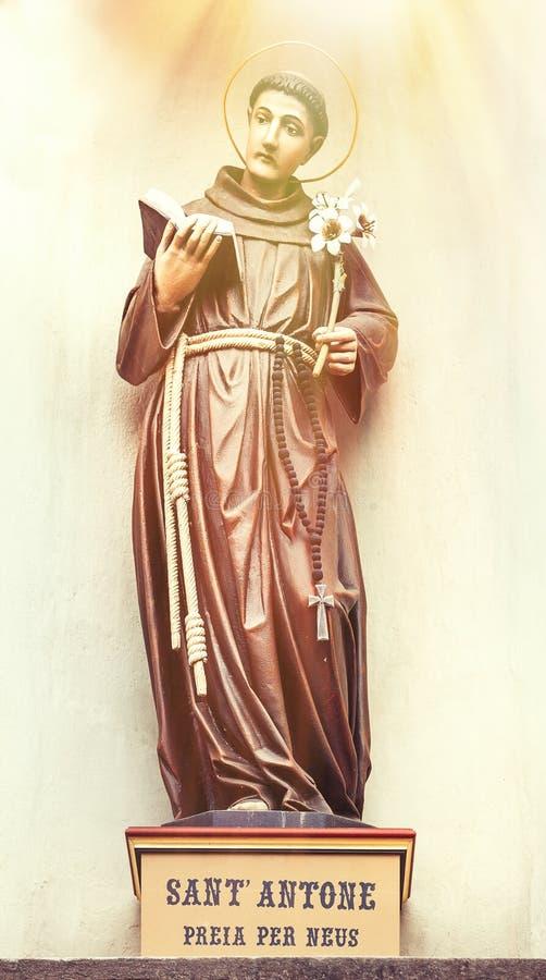 Estátua de St Anthony, Ortisei Itália do norte fotografia de stock royalty free