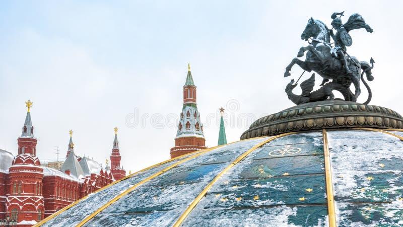 Estátua de St George no quadrado de Manege ou de Manezhnaya perto do Kremlin no inverno, Rússia de Moscou imagens de stock