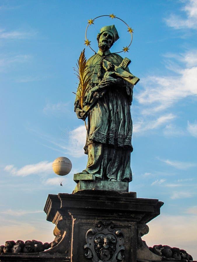 Estátua de St John de Nepomuk que guarda Cristo na cruz, Charles Bridge imagens de stock royalty free