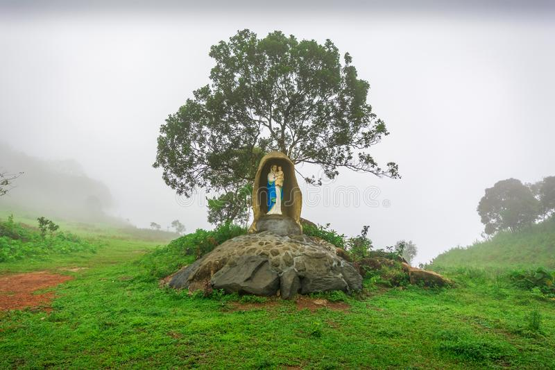 Estátua de St Mary e de Jesus christ de Kurishumala foto de stock royalty free
