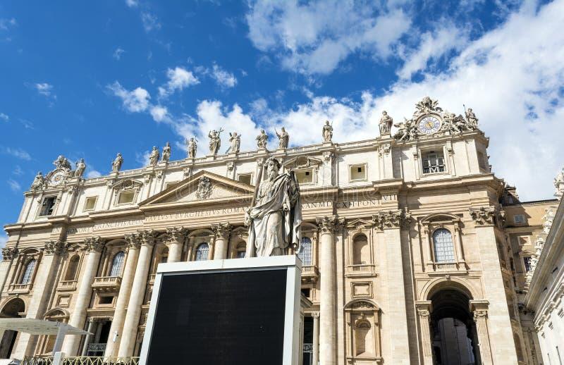 Estátua de St Paul com a espada na frente da basílica do ` s de St Peter em Cidade Estado do Vaticano, Roma, Itália fotografia de stock