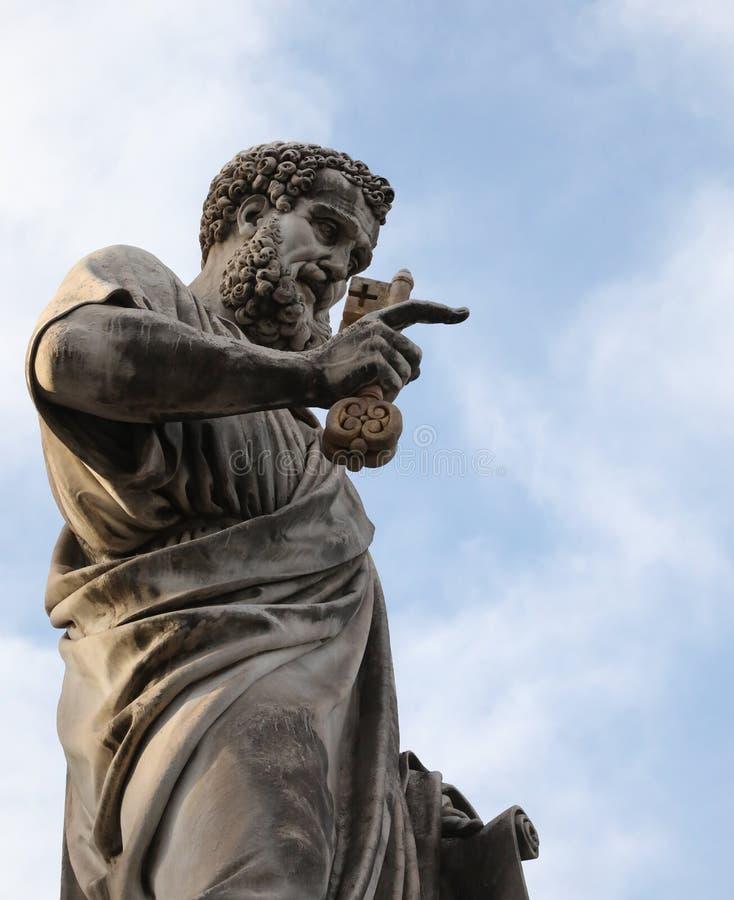 Estátua de St Peter com uma barba longa e de chaves no grande squar imagens de stock