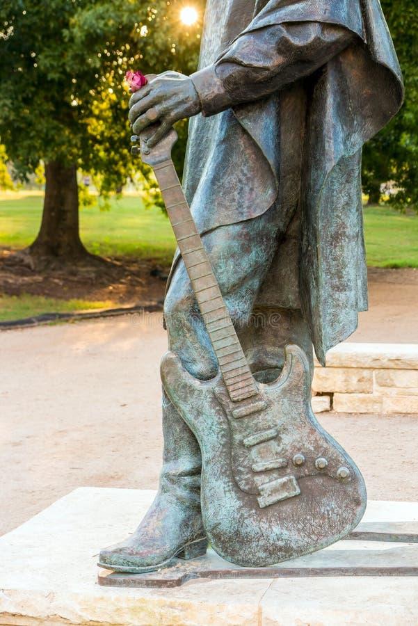 Estátua de Stevie Ray Vaughan na frente de Austin do centro e do Co fotografia de stock royalty free