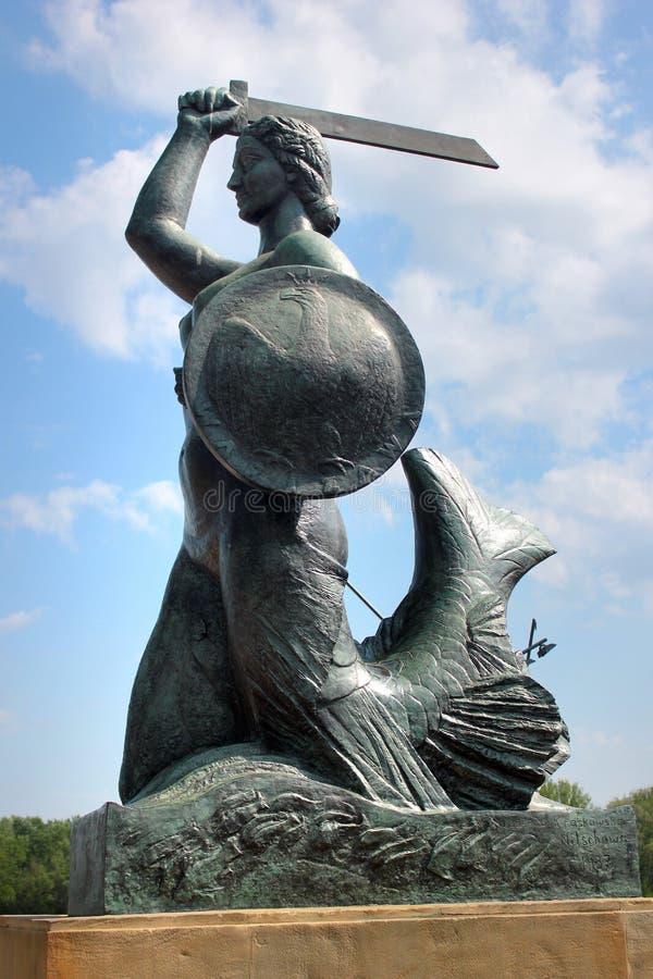 Estátua de Syrenka da sereia, o símbolo famoso de Varsóvia, Polônia fotos de stock royalty free