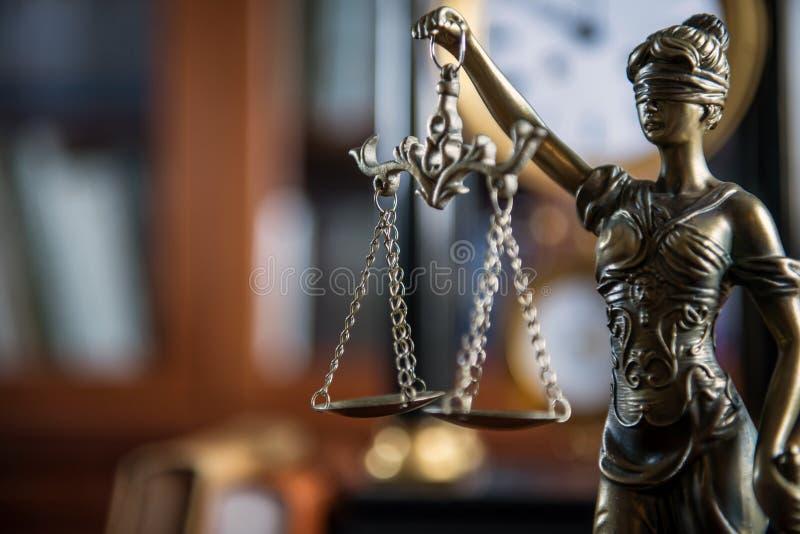 Estátua de Themis na mesa de madeira, fundo legal dos livros fotos de stock royalty free