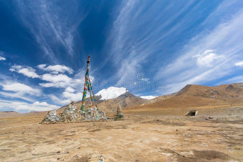 Estátua de Tibet e a montanha fotos de stock