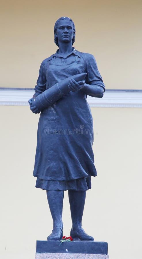 Estátua de trabalhadores de mulheres de um projectil de artilharia O monumento labor ao heroísmo de lutadores fêmeas imagens de stock royalty free