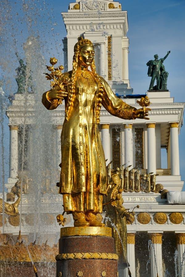 Estátua de Turkmenia no pulverizador da fonte de água fotografia de stock royalty free