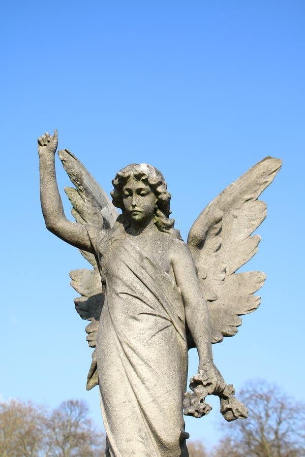 A est?tua de um anjo que aponta ao c?u imagens de stock