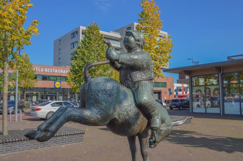 Estátua de um Dik Trom em Hoofddorp os Países Baixos fotografia de stock royalty free