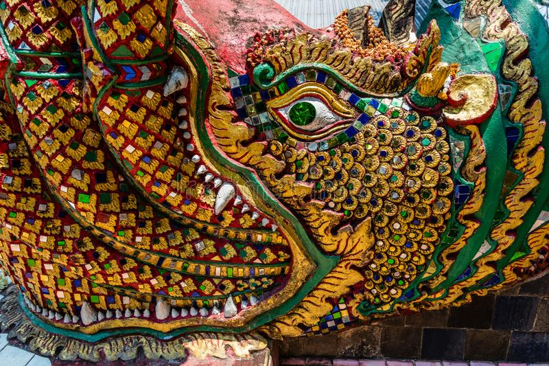 Estátua de um dragão decorado com o mosaico de vidro colorido, Wat Prathat Doi Suthep, província de Chiang Mai, Tailândia imagens de stock