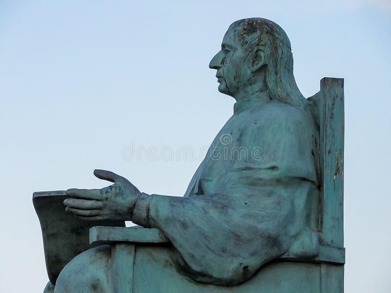 Estátua de um homem assentado fotos de stock royalty free