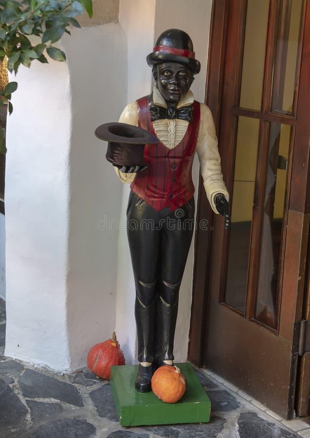 Estátua de um homem negro no Hotel-restaurante Zum Schwarzen Baren, Emmersdorf um der Danau, Áustria fotos de stock