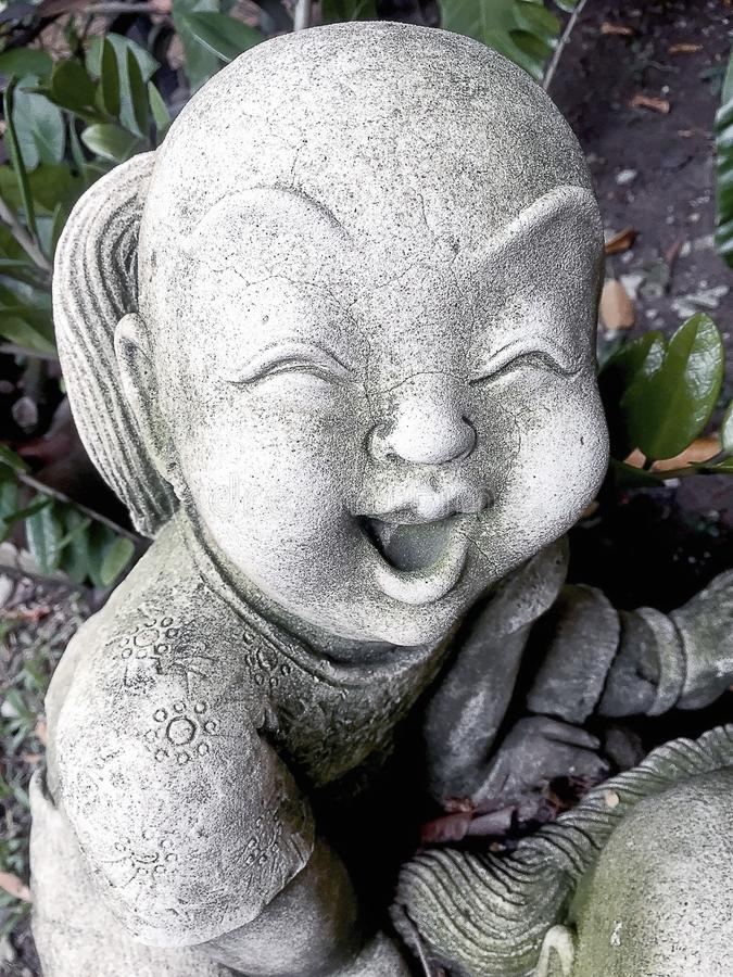 Estátua de um menino de sorriso idoso imagens de stock
