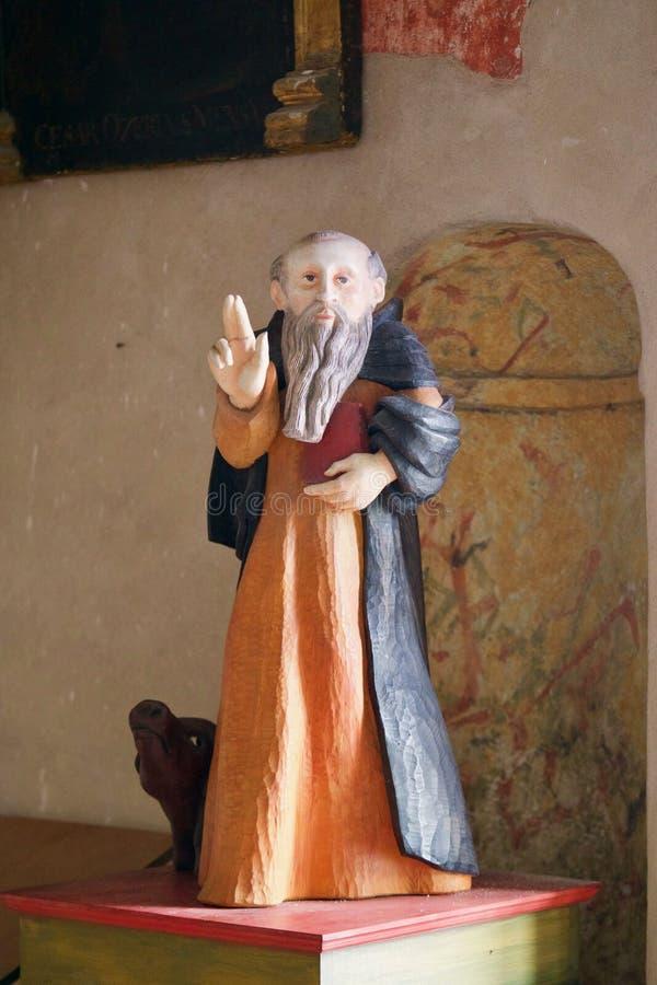 Estátua de um padre idoso fotografia de stock royalty free
