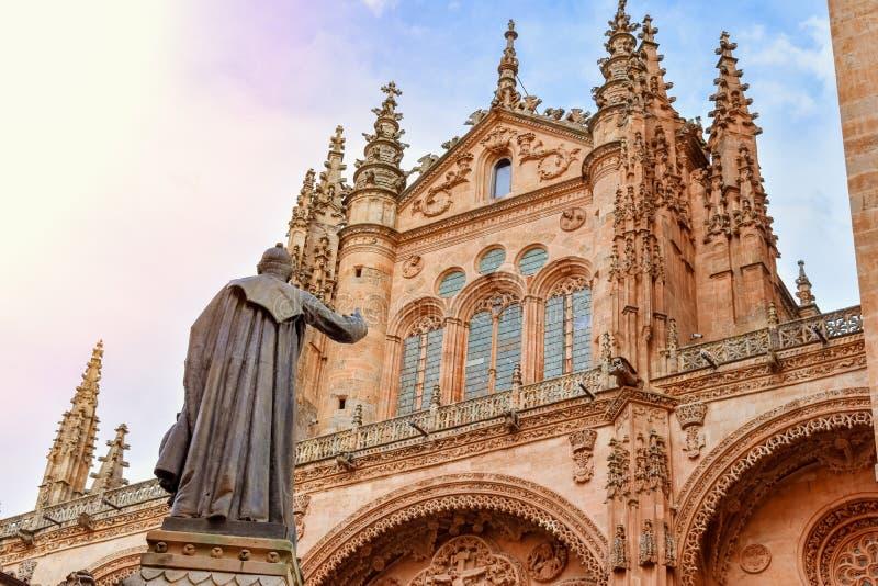 Estátua de um padre na frente da catedral de Salamanca fotografia de stock royalty free