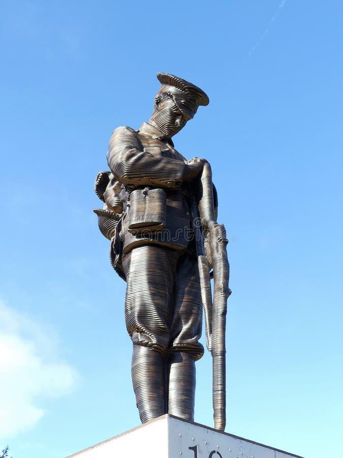 Estátua de um soldado solitário em um soco nos jardins memoráveis em Amersham velho, Buckinghamshire, Reino Unido imagem de stock