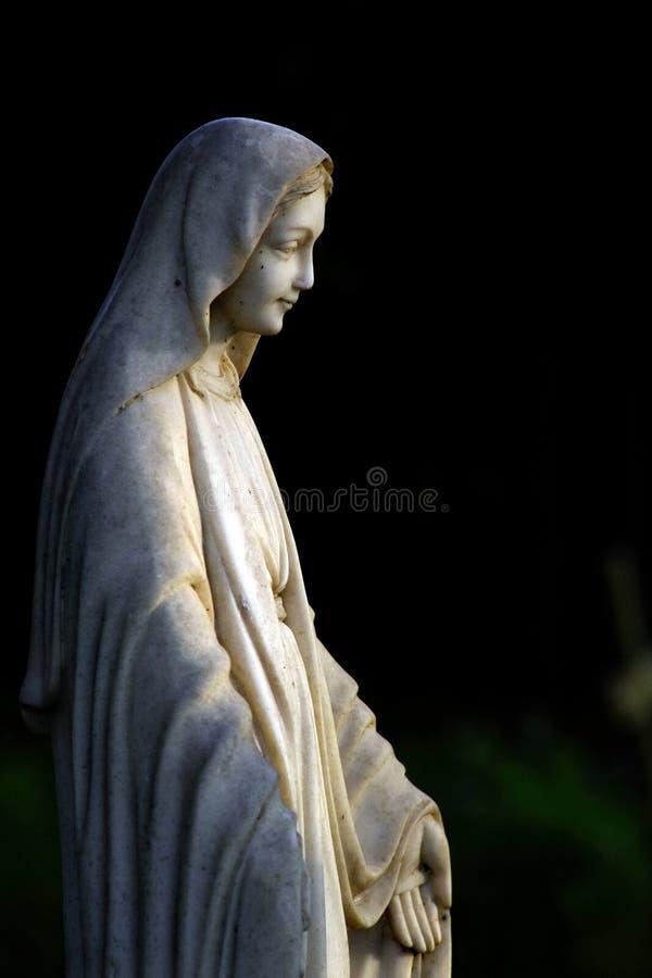 Estátua de uma mulher com os headress, o xaile e a mão abertos fotografia de stock royalty free