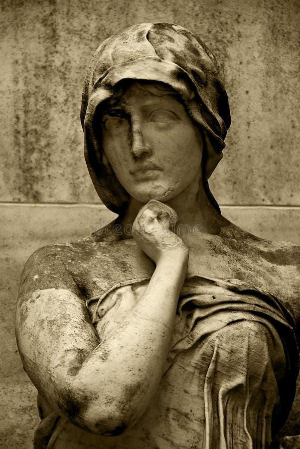 Estátua de uma mulher de assento fotografia de stock