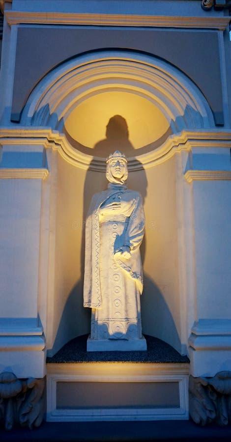 Estátua de uma mulher do emplastro que está em uma ameia imagens de stock