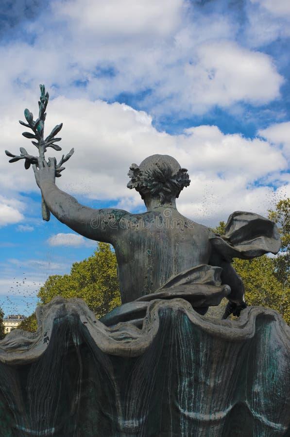 Estátua de uma mulher que guarda um ramo de oliveira no monumento de Girondins, DES Quinconces do lugar, Bordéus foto de stock royalty free